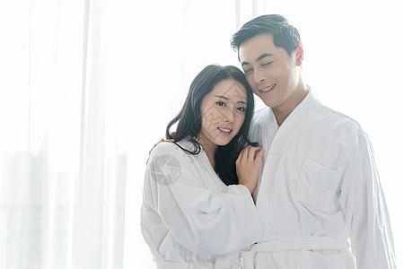 酒店客房穿浴袍的情侣图片