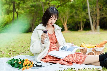 女性户外野餐阅读图片