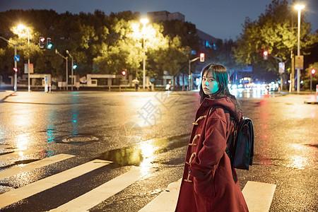 夜晚街头孤独的少女图片