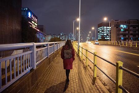 夜晚孤独的少女行走背影图片