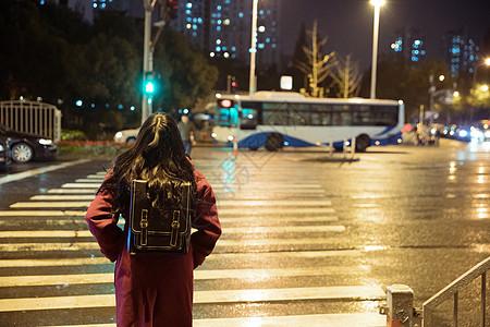 孤独的少女等待过马路背影图片