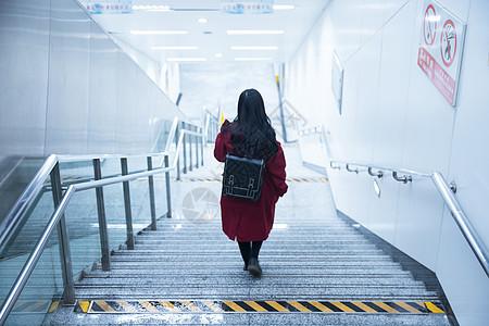 孤独少女下楼梯背影图片
