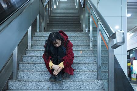 地铁站孤独的少女图片