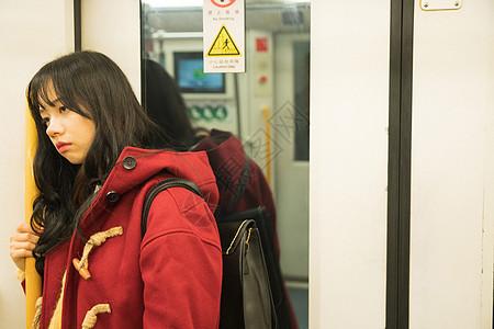 地铁里孤独的女孩图片