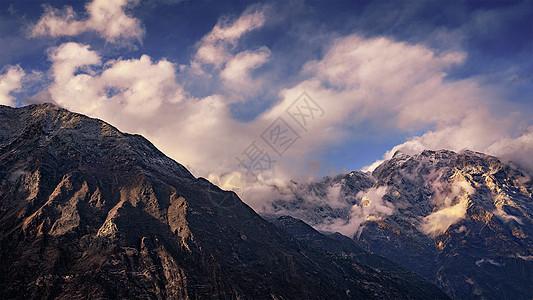 藏地高原的山峰和云雾图片