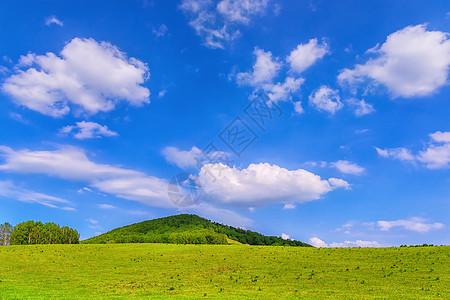 蓝天白云下的草原图片