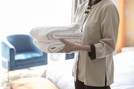 酒店服务员手捧浴巾图片
