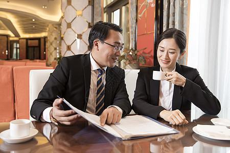 商务人士酒店谈论工作图片