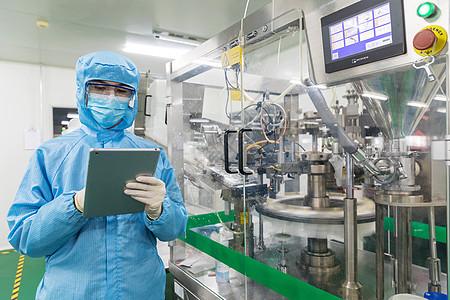 化工厂科技人员手拿操作器图片