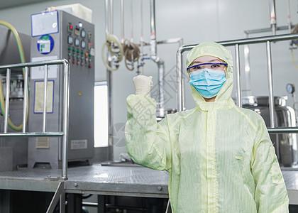 化工厂无菌服工人加油手势图片