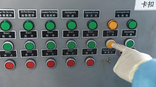 化工厂操作锅炉的工人图片