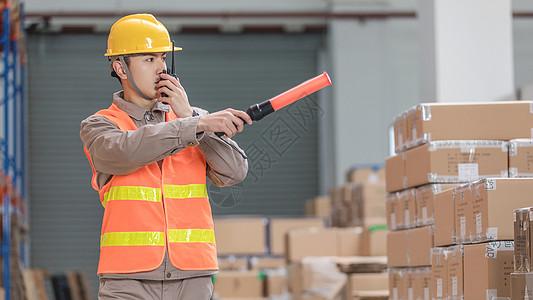 工厂仓储工人巡逻图片