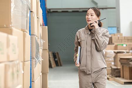 工厂仓储工人使用对讲机图片