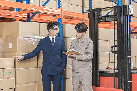工厂仓库老板与工人交流图片