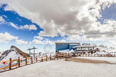 四川川西黑水达古冰川雪山之巅的小木屋图片