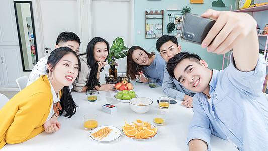 青年聚会自拍图片