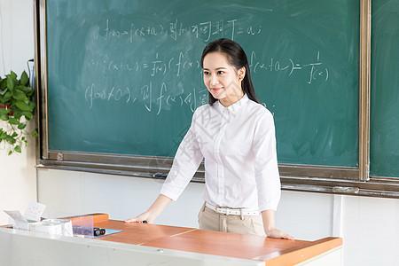 女教师讲台授课图片