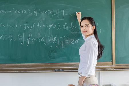 女教师黑板书写图片