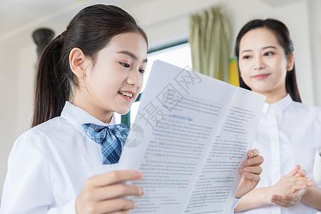 女学生上课朗读图片