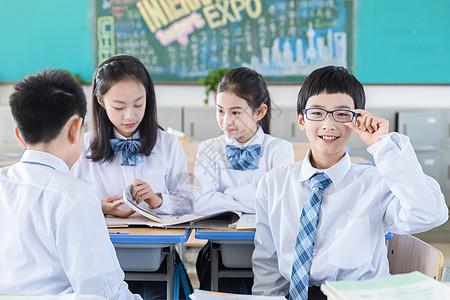 学生课间交流形象图片