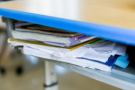 课桌内的课本图片