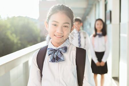 女学生开心微笑图片