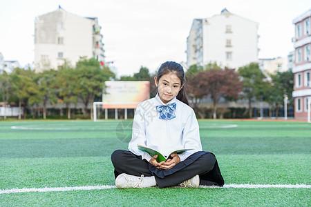 女学生操场阅读图片