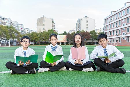 学生坐草坪交流图片