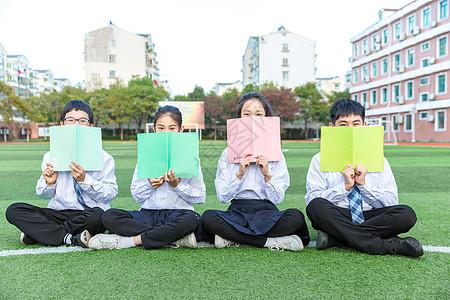 青少年操场阅读交流图片