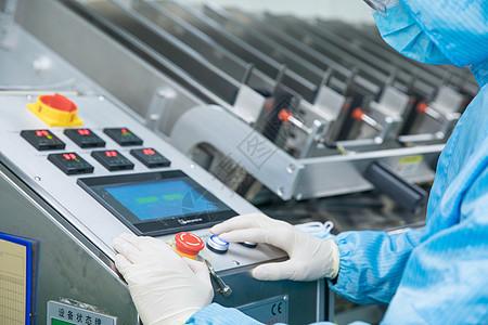 工厂技术人员设备操控图片