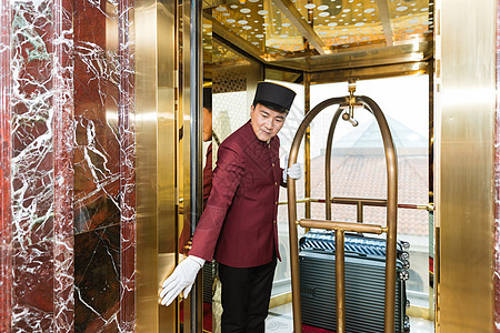 酒店门童开挡电梯图片