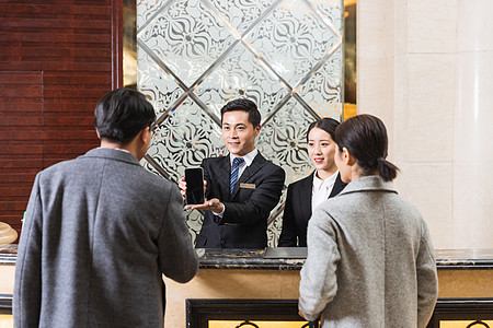 酒店前台给顾客办理入住图片