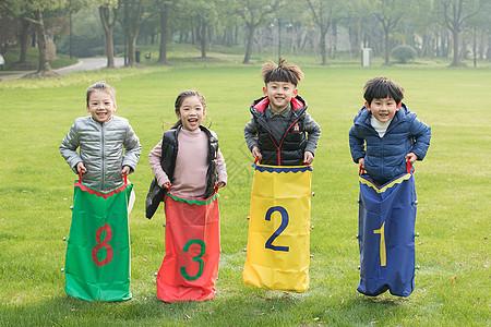 在草地上玩耍的孩子们图片