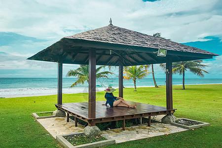 热带海边凉亭美女图片