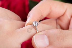 结婚戴戒指图片