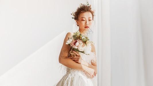 婚纱美女捧着花束图片