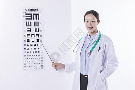 指着视力表的医生图片