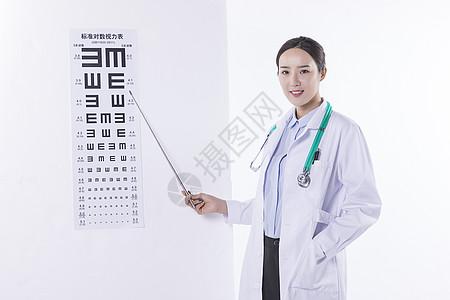手持视力表的医生图片