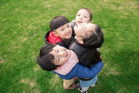 儿童草地玩耍拥抱图片
