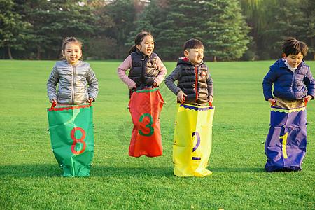 儿童公园草坪玩耍开心图片