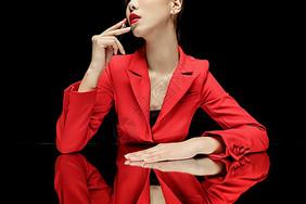 美妆红西装美女图片