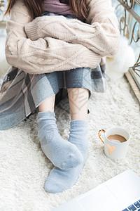 美女居家脚部保暖图片