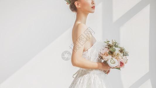 婚纱美女拿着捧花图片