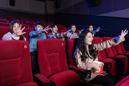 看电影的青年们图片