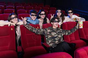 电影院看电影的青年图片