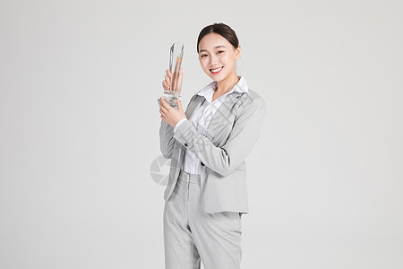 商务美女拿奖杯图片