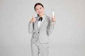 商务美女手握奖杯图片