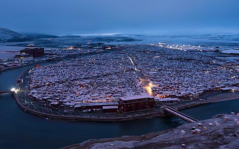 四川川西藏区亚青寺晨曦图片