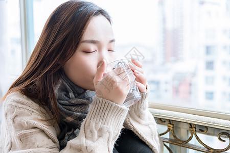 女性居家喝热水图片