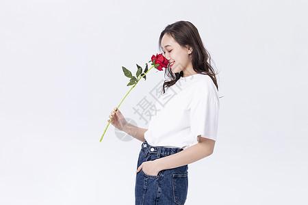 拿着玫瑰的美女图片